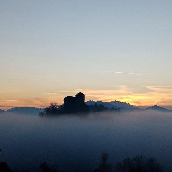 Fast schon mystisch erhebt sich Schloss Glopper - Castle Glopper über der Nebeldecke 😍👍☁️🍀 Vielen Dank für...