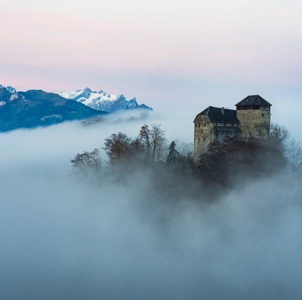 #schlossglopper on a very #foggymorning #vorarlberg #laendleful #rheintal #visitvorarlberg #emsreute #hohenems #castle #castles_oftheworld #castlesofinstagram #365austria #austriancreators #landscapephotography...