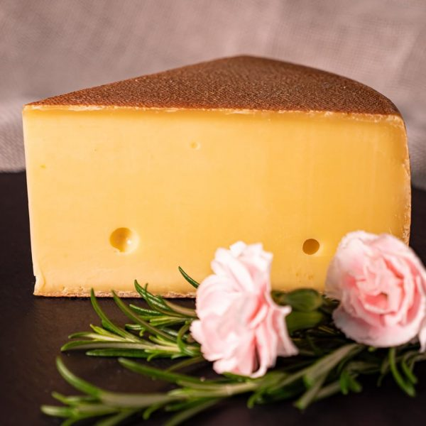 Der Bregenzerwald ist auch eine Schnittkäseregion. Als Schnittkäse werden Käsesorten bezeichnet, die sich gut in Scheiben schneiden...
