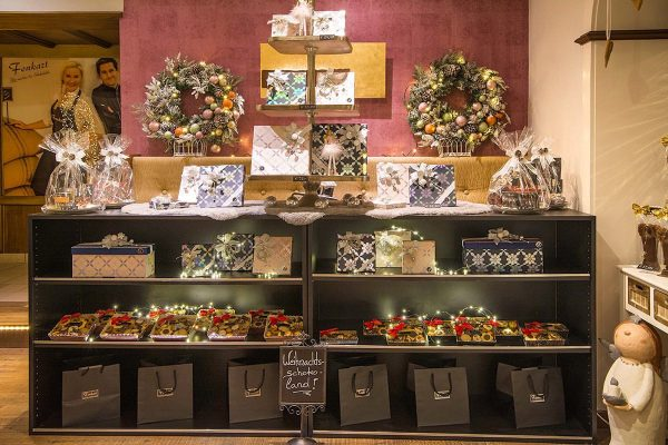 Ablenkung gesucht?🧐 Neben leckerem #kuchen und zartschmelzender #beantobar Schokolade haben wir auch passende #geschenkideen für Groß und...
