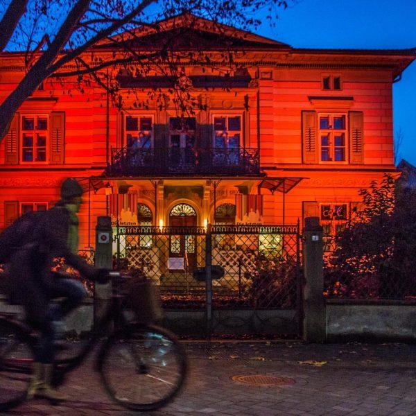 In den kommenden Wochen erstrahlt die Villa Heimann-Rosenthal nachts in orangenem Licht. Ein ...
