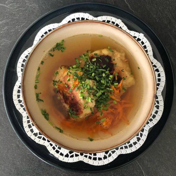 """Passende Kochinspiration für das Wochenende Gemüsebouillon mit Kaspressknödel """"Wäldar Style"""" (Zutaten für ca. 20 Stück): 1 Zwiebel..."""