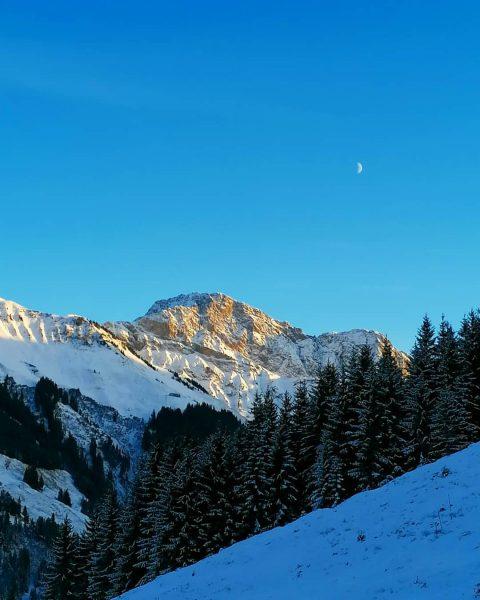 Zitterklapfen im Abendlicht darüber der Halbmond #bregenzerwald #bregenzerwald_fan #Zitterklapfen #schnee #damüls #wandern #wanderung #erlebnis #vorarlberg #winter #winterlandschaft...
