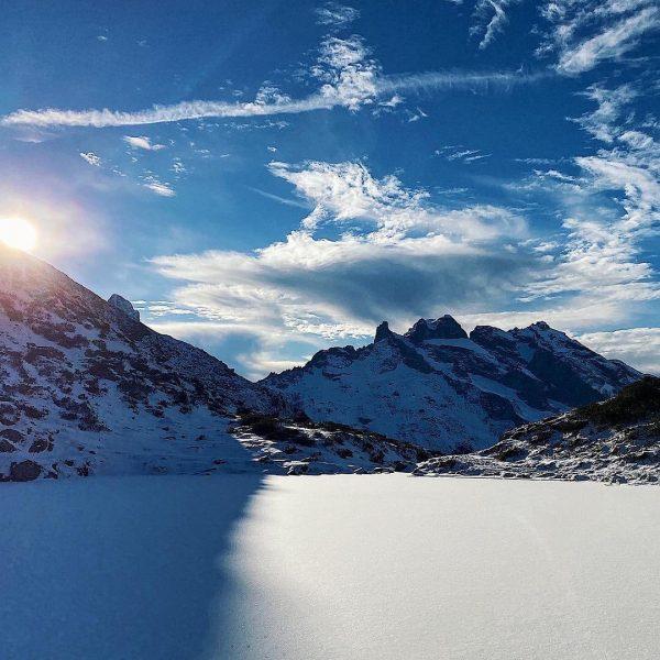 Winterwonderland am Tobelsee im Montafon ☀️❄️. Macht es wie @__mathias_b_ , postet eure Bergfotos mit dem #lebenfürdieberge...