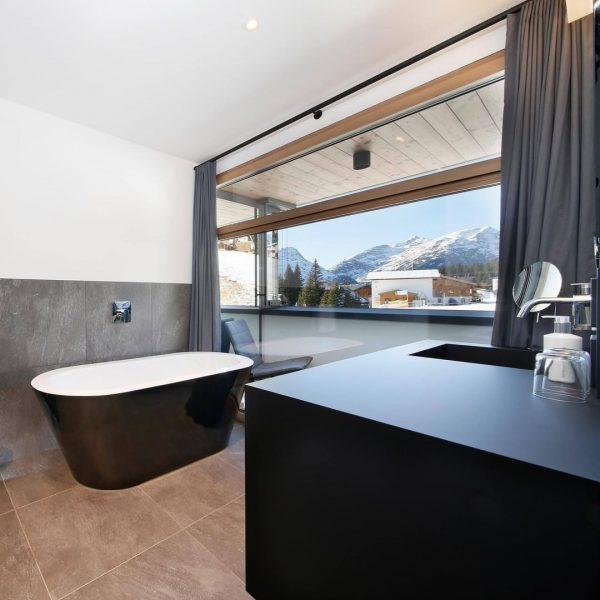 One of the best winter feelings? ✨ Warming up in the bath tub with this amazing view...