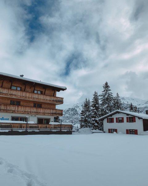 Frau Holle hat uns gestern besucht ☃️ Die Schneekanonen laufen auch, um noch etwas Schnee für Sie...