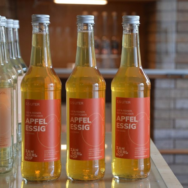 Für alle die schon darauf gewartet haben... ab heute gibt es wieder frischen Apfelessig im Hofladen 🙌🍎🍏...