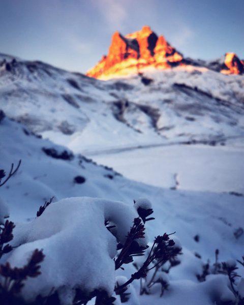 Alpenglühen vom Feinsten☀️❄️ Wer erkennt den Gipfel im Hintergrund? 🧐 #warthschröcken #warth #schröcken #arlberg #bregenzerwald #schneegarant #deratemderberge...