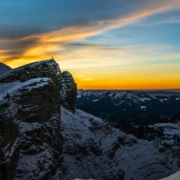 Diedamskopf im Abendlicht. 📸 @timo_die_hummel #berge #mountains #mountainscape #landschaft #landscape #sonnenuntergang #sunset #diedamskopf #auschoppernau #bregenzerwald #visitbregenzerwald #vorarlberg...