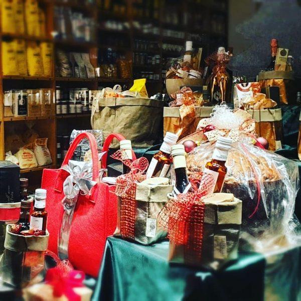 In der Adventszeit verwandelt sich unser italienischer Feinkostladen in eine Christkindldependance. Schaut vorbei, ...