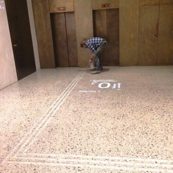 Von der Eingangstüre zur Kasse und zum Lift sowie im Untergeschoss bis zu den Toiletten wurden in...