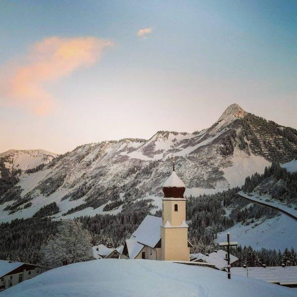 Pfarrkirche Damüls mit Zafernhorn Bregenzerwald #bregenzerwald_fan #bregenzerwald #pfarrkirche #pfarrkirchedamüls #kircheDamüls #winter #winterlandschaft #bergliebe ...