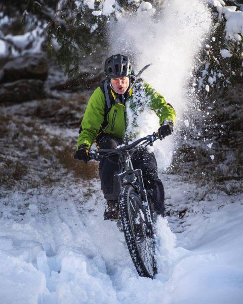Snow action with the new bike! ❄ 📸 by @julian_schmlzgr #iamspecialized #ebike #specialized #visitvorarlberg #visitaustria #visitbregenzerwald #snowfun...