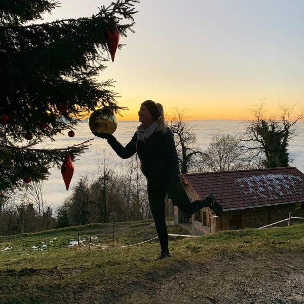 Diesen großen Weihnachtsbaum haben wir beim wandern entdeckt 😍 mit Blick auf die ...