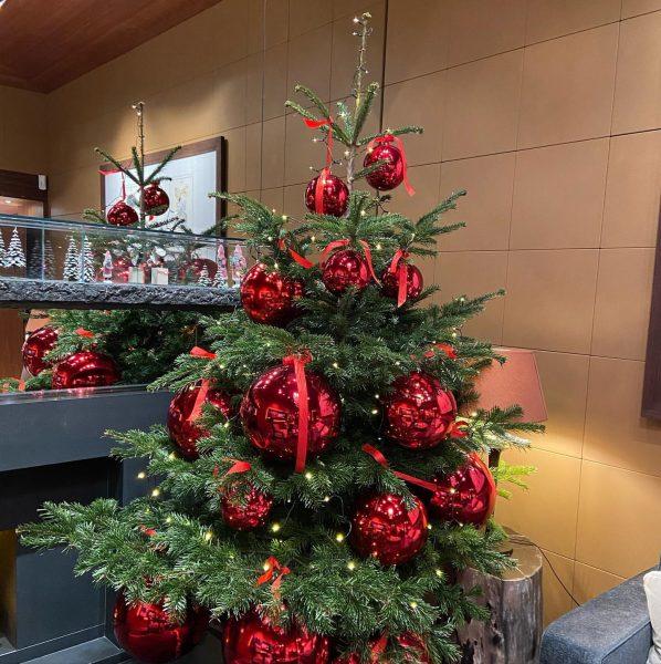 Die Christbaumkugeln können gar nicht groß genug sein😅🍀😅wunderschön 👏👏👏 J.Huber in Lech #lechzuers ...