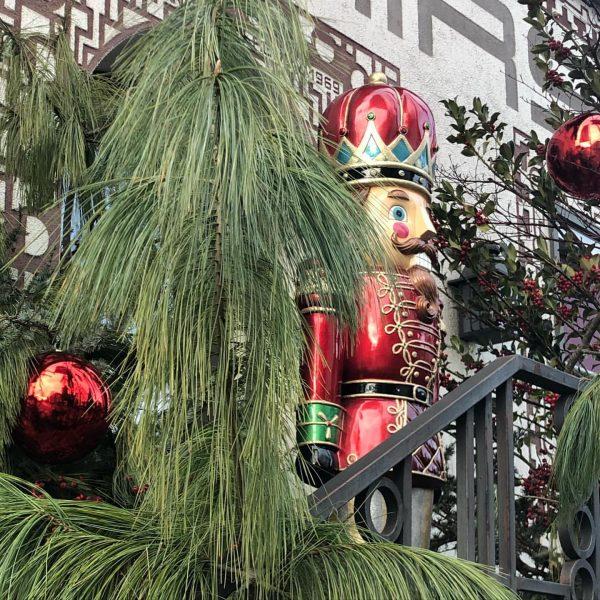 Vorweihnachtsstimmung! Nussknacker lebensgroß als Weihnachtsdekoration. Das Unerwartete liegt am Weg in die Stadt. ...