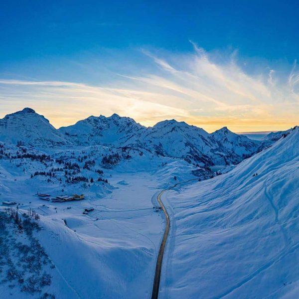 Sonnenuntergang am Hochtannbergpass. Wir wünschen einen gemütlichen Start ins Wochenende! 📸 @michaelkemter_photography #winter ...