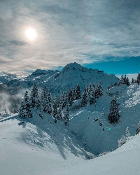 Einer unserer Lieblingsaussichten ist definitiv das Omeshorn 🗻 Was ist Ihr Lieblingsausblick rund um Lech? 📧 hotel@petersboden.com...