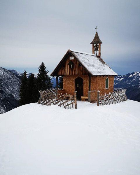 Die kleine Kapelle auf dem Rellseck, wunderschön renoviert #austria #vorarlberg #visitaustria #discoveraustria #visitvorarlberg ...