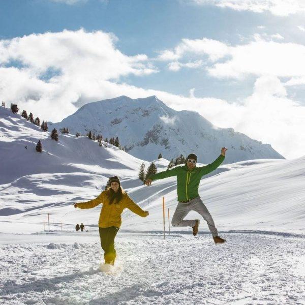 Winterwanderung in der firsch verschneiten Bergwelt im Bregenzerwald Foto (c) Sebastian Stiphout . ...