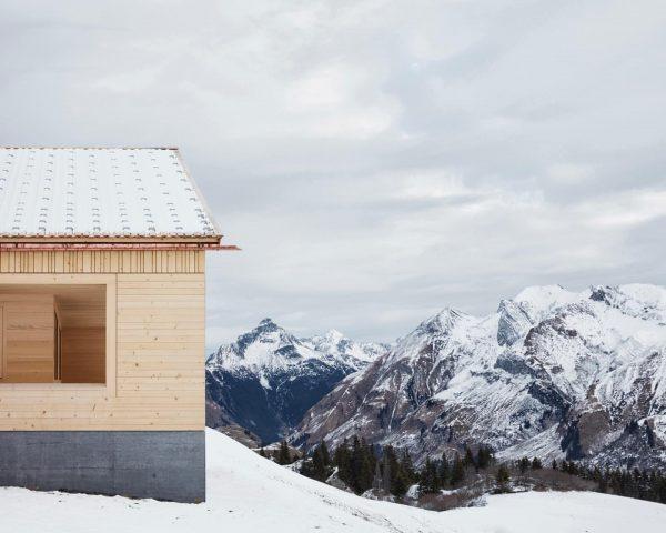 Schihütte Wolf, 2016 Ein Holzbau auf massivem Sockel. #bernardobaderarchitekten #winter #schnee #ski #lech ...