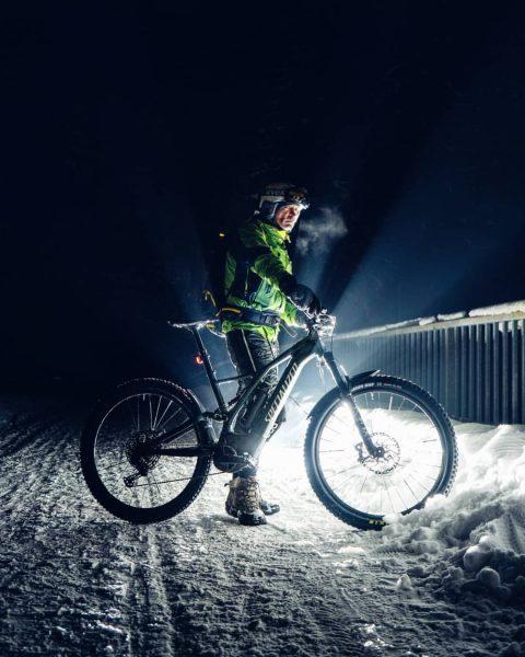 Late night snow ride. ❄ 📸 by @julian_schmlzgr #nightride #snowride #specializedbikes #aktivzentrumbregenzerwald #iamspecialized #bregenzerwald #schnepfau #mellau #visitvorarlberg...