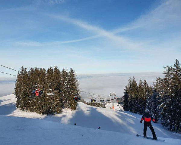 Skiing fun above the clouds @boedeleskiing ☀️🌬⛷ Winter, Sonne, Skifahrspaß. Bitte seid vorsichtig ...