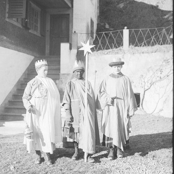 Die Hl. 3 Könige unterwegs im Montafon... Leider undatiert und nicht verortet. Erkennt ...