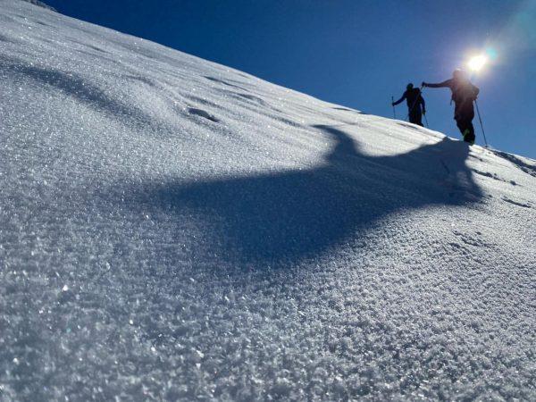 vv Das ist das Symbol für Oberflächenreif beim Aufzeichnen eines Schneeprofils. So sieht ...
