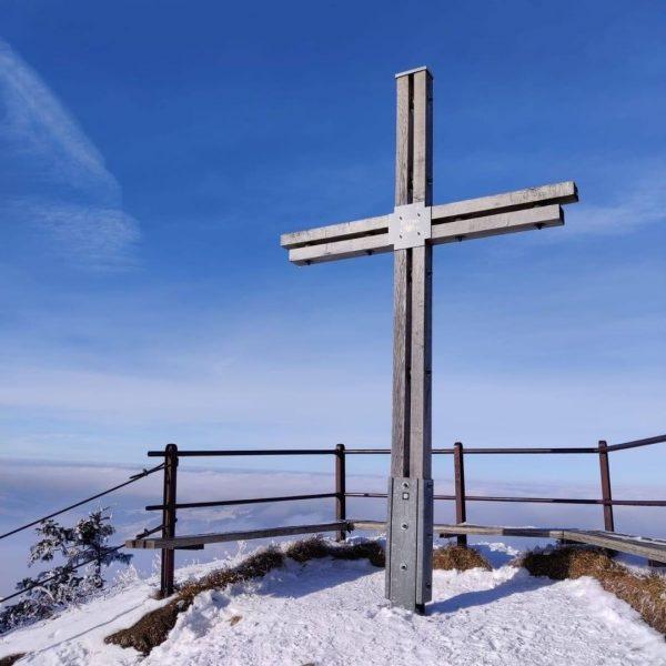 Frisch verschneit erstrahlt der Bregenzerwald. Wie wäre es mit einer kleinen Schneeschuhwanderung in ...