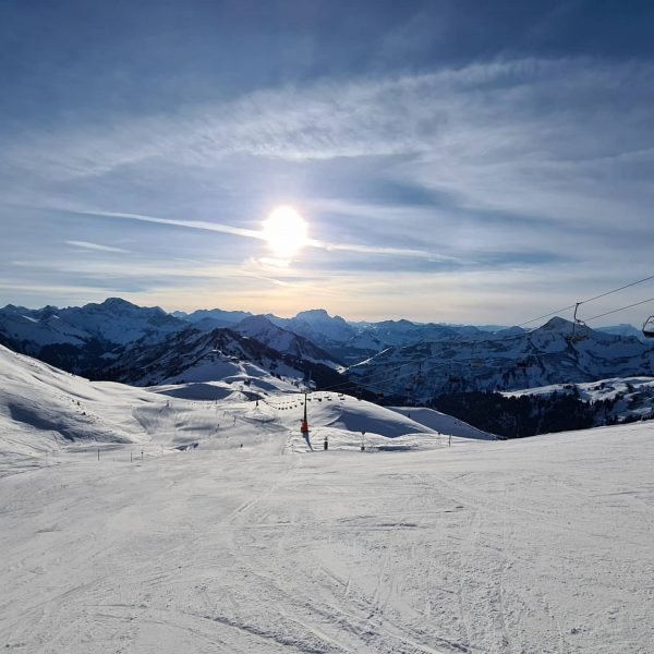 Live von der Piste 🥰 @visitbregenzerwald #skiing #skiurlaub #skiferien #hoteldesign #lifestylehotel #winterferien #letsliveinthemountains ...