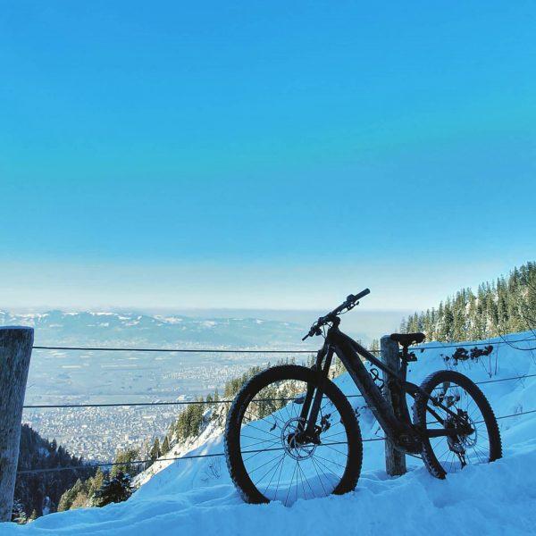 Gummireifen + Schnee = 🤪 . . .. . . .. . #fahrrad #mountainbike #ebike #vorarlberg❤️ #liebe...