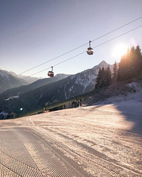 The early bird catches the worm. 🐣 #wintermitwow __________ #skiing #winter #sunrise #bergliebe ...