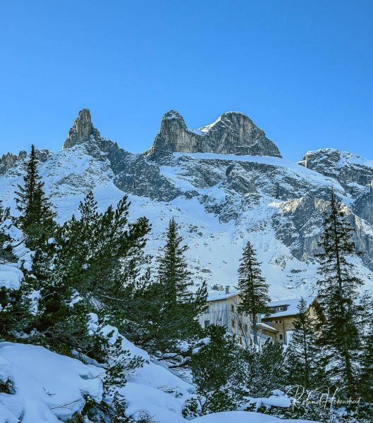 The Lindauer Cabin. With a view of the famous 3 Towers. . Die Lindauer Hütte. Mit Blick...