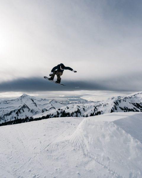 #snowboard Für einen Moment fliegen ... ❄🏂 @snowparkdamuels Snowpark Damüls