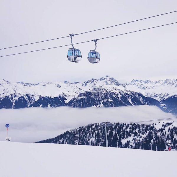 Wenn sich zwei Gondeln treffen... 🚡🚡 . . . . . #loveisintheair #bergliebe #meinmontafon #silvrettamontafon #snow #schnee...