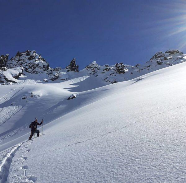 Es schneit dicke Flocken und bald warten viel Schnee und tolle Tiefschneetage. 💥Jedoch obacht 💥die wenigen Spuren...