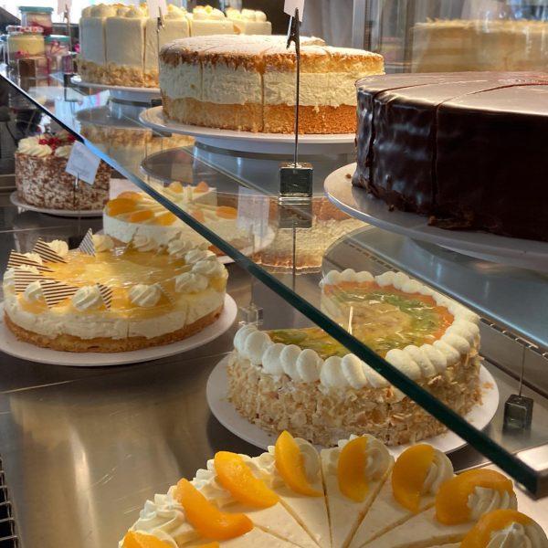 Diesen Sonntag gibt's bei uns wieder verdammt köstliche Kuchen und Torten 🤩 Wirst ...