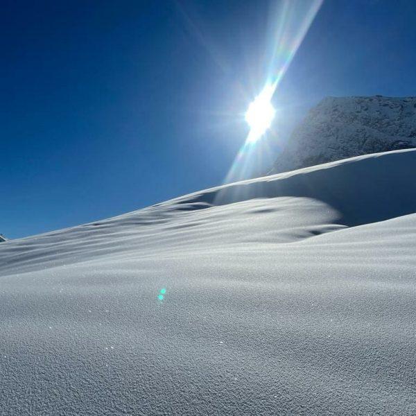 Powderday ✨❄️✨❄️✨❄️ #pulverschnee #zürs #lechamarlberg #hotelanemone #winter #naturelove #mountains #skiing #snowboarding #offpiste #powdersnow #sunnyday #saturday #alps #austria...