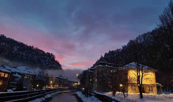 🌇🗻🏠 #feldkirch #visitfeldkirch #vorarlberg #visitvorarlberg #austria #visitaustria #sonnenaufgang #ill #konservatoriumfeldkirch #stimmungsvoll Feldkirch Innenstadt