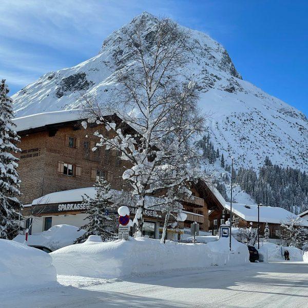 Another beautiful quarantine day! #hotelgotthardlech #prettyview #prettyvillage #mountainhotel #omes2557 #lechamarlberg #lechzuers #wintereonderland #nowordsneeded #hotel #skihotel #familyhotel #bakery...