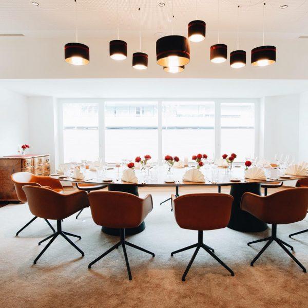 Ein schön gedeckter Tisch, romantisches Kerzenlicht, regionale Leckerbissen, feine Getränke, aufmerksame Gastgeber*innen, inspirierende Begegnungen mit Persönlichkeiten von...