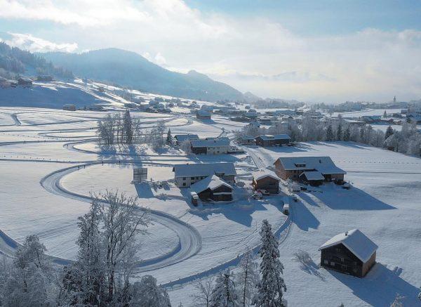 The village turnin' all white ❄️💙 #wintervibes #winterphotography #visitaustria #visitbregenzerwald #visitvorarlberg #dronephotography #snowcovered Bregenzerwaldgebirge