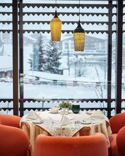 Вечером в ресторане Panorama в Post Lech Arlberg для Вас приготовят красивый стол. ...