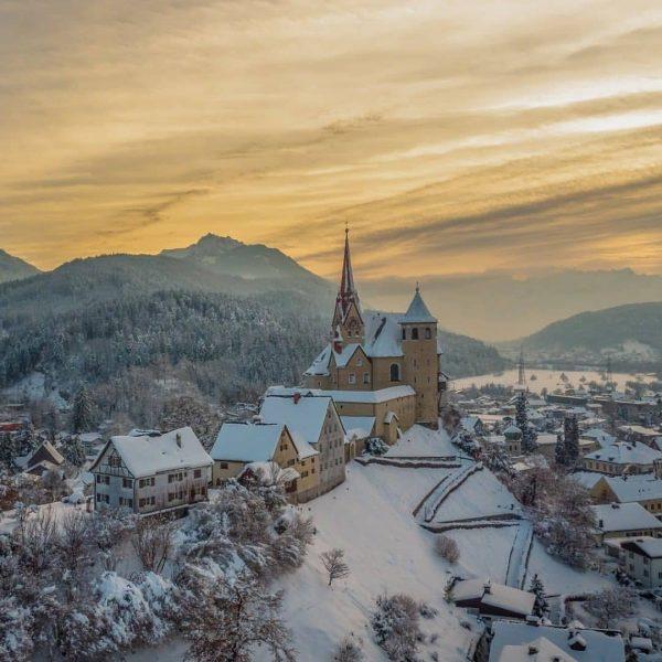 Die Basilika in Rankweil auf dem 50m hohen Liebfrauenberg wurde als eine Kirchenburg ...