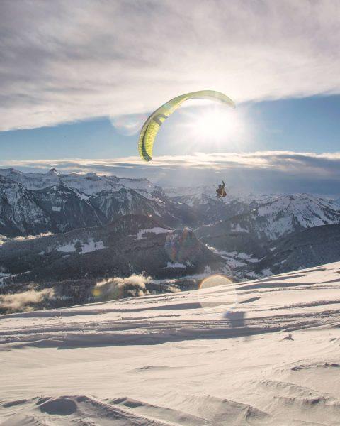 Der Sonne entgegen. 📸 @michaelmeusburger #paragleiten #paragliding #winter #schnee #snow #landschaft #landscape #bezau ...