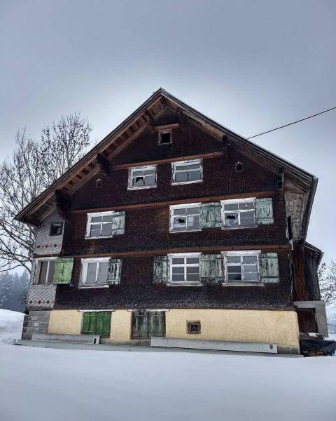 🐦Ein sehr altes Haus - anscheinend unbewohnt - und doch so schön ❄️ ...