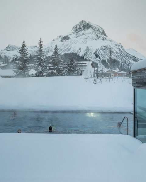 How much we miss these views ❄️ #OutdoorPool #HotelArlbergLech #Lech #lechzuers #ArlbergSpa #Spa ...