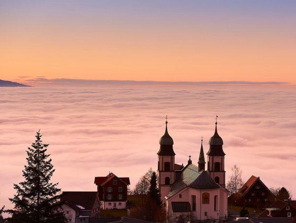 Sonnenuntergang über dem Rheintal mit der Basilika von Bildstein. #sunsetlovers #ethereal_moods #365austria @365austria ...