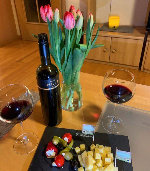 """Ein köstliches Glas Wein 🍷 vom @weingutleohillinger 🍇🇦🇹 in Kombination mit unserem hochwertigen """"Hittisauer Bergkäse"""" @sennerei_hittisau 🧀🇦🇹..."""